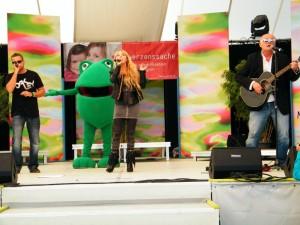 """Gerd Kannemann, Audiobabe und Conny singen bei der Landesgartenschau 2012 in Nagold auf der SWR-Herzenssache-Bühne die Popversion von """"RFYC"""""""